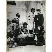 1945 Press Photo Bomb Blasts Unexploded Bomb Chicago - RRX65325