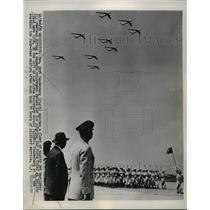 1953 Press Photo Gen. Vandenberg watches jet warplanes beside Sect. Talbott