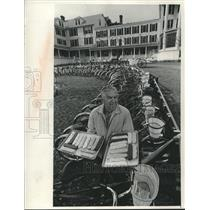 1974 Press Photo Harry Ryba with fudge and bicycles stands by Island House Hotel
