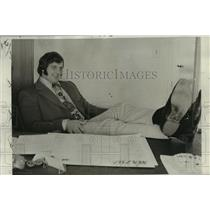 1972 Press Photo San Diego Chargers - Bob Babich, Linebacker, in Sales Job