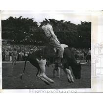 1943 Press Photo An American Soldier hangs on during a Rodeo Ride in Australia