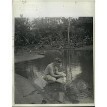 1943 Press Photo Carl Thusgaard Acme War Photographer in New Guinea - nem55296