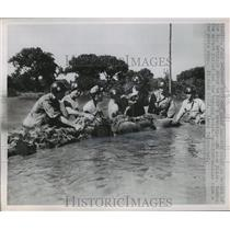 1951 Press Photo Kansas National guardsmen dike a break around Arkansas River