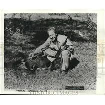 1950 Press Photo Hunter Wallace Taber with wart hog and gun in Africa