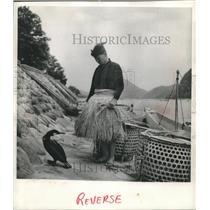 1953 Press Photo A Master Cormorant Fisherman examines one of his birds Japan