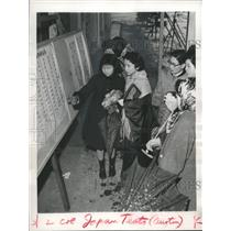 1959 Press Photo Japanese mothers and daughters check school test score list