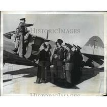 1943 Press Photo French fliers & Lt DB Rathburn with a US P-40 fighter plane