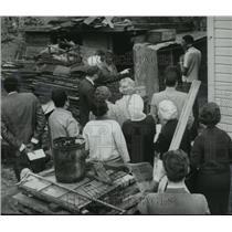 1969 Press Photo Birmingham Mayor Seibels and Group View Backyard in Alabama
