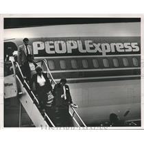 1985 Press Photo Passengers depart People Express plane at Birmingham airport