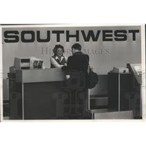 1987 Press Photo Southwest Airlines ticket agent Joe Conant, helps a customer