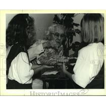 1995 Press Photo Brownie scout troop serves cookies to Forest Town East resident