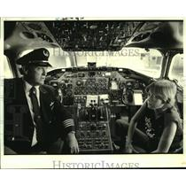 1984 Press Photo Delta pilot explains instruments to Joseph Paul Gaudet Jr.