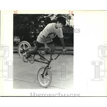 1989 Press Photo 12-year-old Greg Gordy doing a front wheel stand with his bike