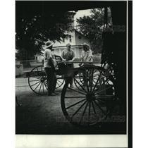 1970 Press Photo Saul Guidroz, Balcksmith, talks with neighbors - nob21806
