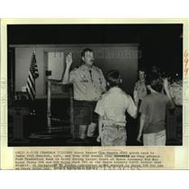 1988 Press Photo Scout Master Tom Goertz gives oath to advancing scouts