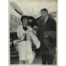 1964 Press Photo Jack Moran & Eleanor Van Curen at Albany, New York airport