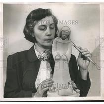 1952 Press Photo Grace Hayes Davis, Artist, with Sculpture - abno00029