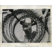 1942 Press Photo R.T.S. Myrk prepares barbed wire at Wattle PArk Melbourne