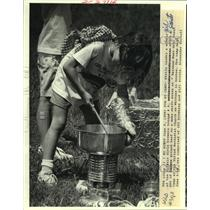 1988 Press Photo Shelly Landry, stirs a pot of ground beef at Girl Scout Camp.