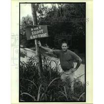 """Press Photo Roylee Folse standing with a sign, """"Don't Shoot Growbec."""""""