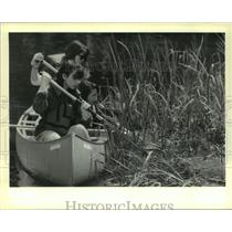 1990 Press Photo Girl Scout members cleaning the Audubon Park Lagoon