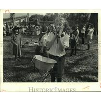 1987 Press Photo Girl Scout Troop members gathered for group activity