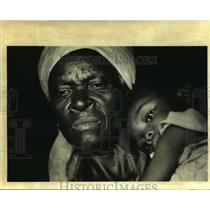 1994 Press Photo Felicia St. Cyr and her child in their shack, Citi Soliel slums