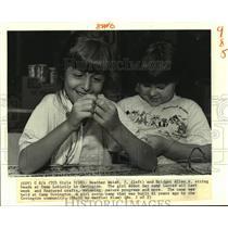 1988 Press Photo Heather Welch & Bridget Allen string beads at Camp Loblolly