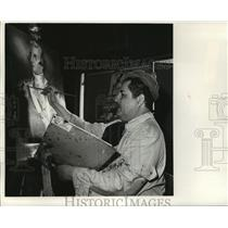 1967 Press Photo Leopold Giraudy working on Thomas Pinickney painting