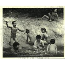 1986 Press Photo Taking a dip at the Girl Scout Camp, 7 miles north of Covington