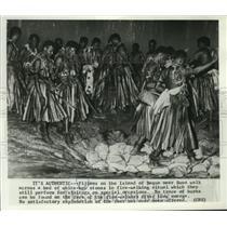 1969 Press Photo Fijians of Bequa walk across bed of white-hot stones