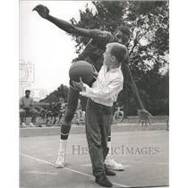1962 Press Photo Walter F Dukes New York Knicks Basket - RRQ10221