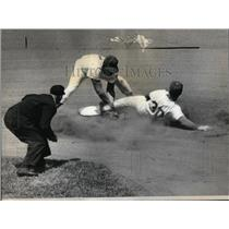 1965 Press Photo Dodgers Wills Tagged Out Cubs Pena - RRQ44639
