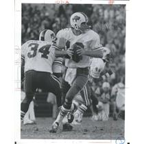 1976 Press Photo Buffalo Bills QB Braxton Looking Pass - RRQ62289