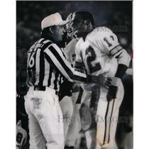 1980 Press Photo Doug Williams pleads with field judge - RRQ43279