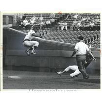 1981 Press Photo San Diego PadreLuis Salazar Catch - RRQ14099