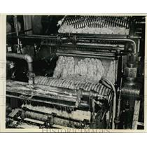 1937 Press Photo Louisiana, Machine Crushed Sugar Cane to Extract The Juice