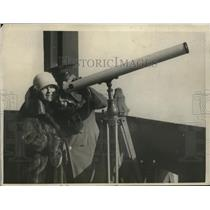 1925 Press Photo American soldier helps Madge Kennedy observe the eclipse