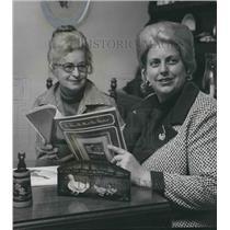 1973 Press Photo Priscilla Hauser, tole painting expert & Mrs H L Swint, Seminar