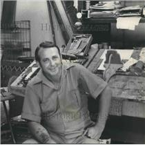 1974 Press Photo Bill Sharpton, artist, relaxes in his sign shop - abno06224
