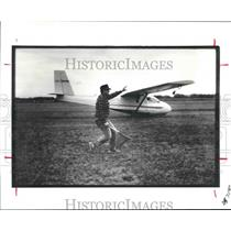 1987 Press Photo Hall assists glider pilot in takeoff in Texas - hca23705