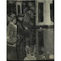 1947 Press Photo People struggle to board a bus, Milwaukee - mjc17575