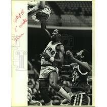 1985 Press Photo San Antonio Spurs basketball player Alvin Robertson in action
