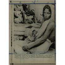 1971 Press Photo Pakistani Mother Child Refugee India