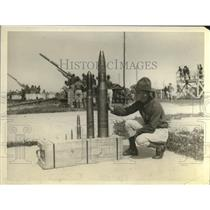 1930 Press Photo Rookie Pvt looks at Army projectiles at Aberdeen Proving ground