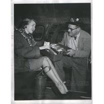 1949 Press Photo Eddie Hamilton Chicago cab driver Pennie Karnoone kleenex