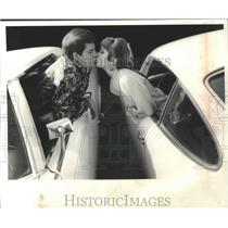 1970 Press Photo Actor Mike Minor Kissing His Wife