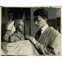 1928 Press Photo Girolams Piccoli, Milwaukee Sculptor works on a bust