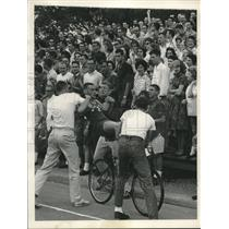 1961 Press Photo Crowds watch bicycle riding contest, Rice University in Houston