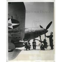 1942 Press Photo Members of Precision Aerial Combat Team inspect a P-39D Plane